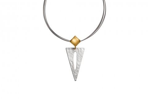 Silbernes Dreieck mit Stein