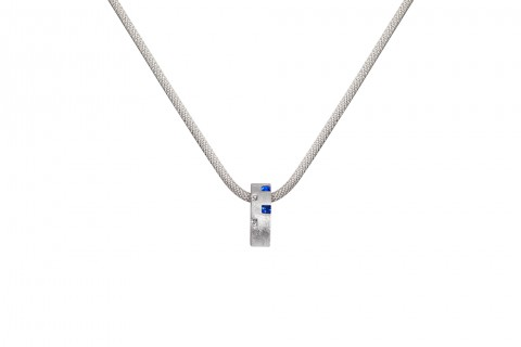 Silbernes Rechteck mit blauen Steinen